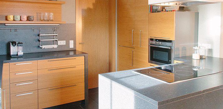 schreinerei mairhofer k che in eiche mit schwarzer. Black Bedroom Furniture Sets. Home Design Ideas