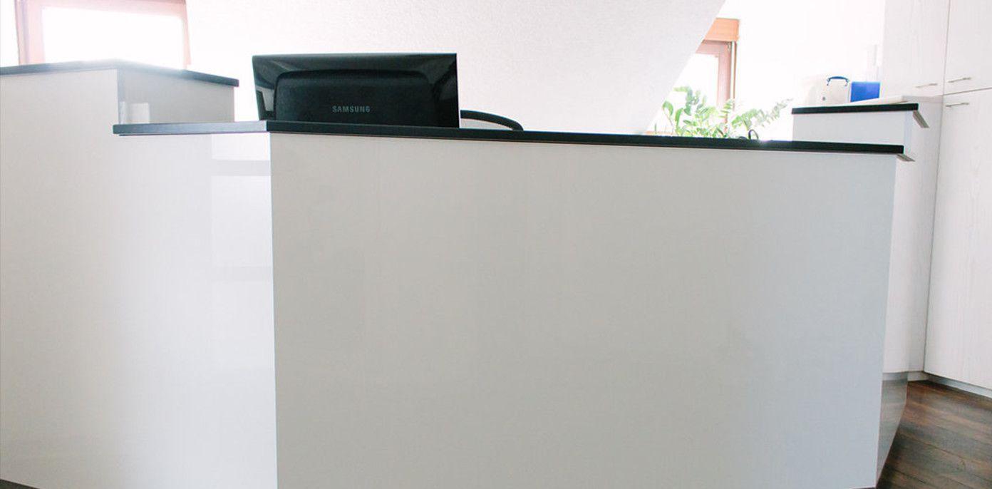 schreinerei mairhofer theke wei hochglanz mit schwarzer linoleum arbeitsplatte schreinerei. Black Bedroom Furniture Sets. Home Design Ideas
